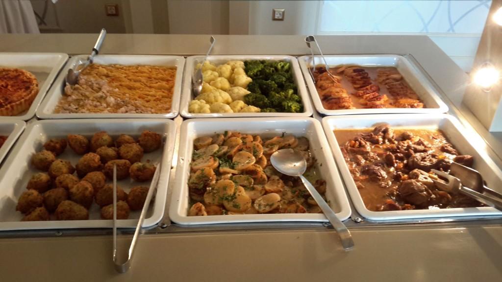 Niestety tragiczny ze mnie bloger kulinarny, bo zdjęcia obiadu mam trzy i to w kiepskiej jakości.
