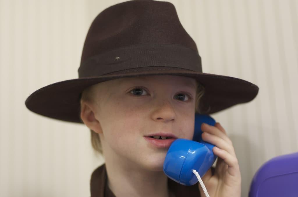 Co prawda nie widać tego na zdjęciu, ale ten młody detektyw, korzysta z dyktafonu na co dzień :) Źródło.