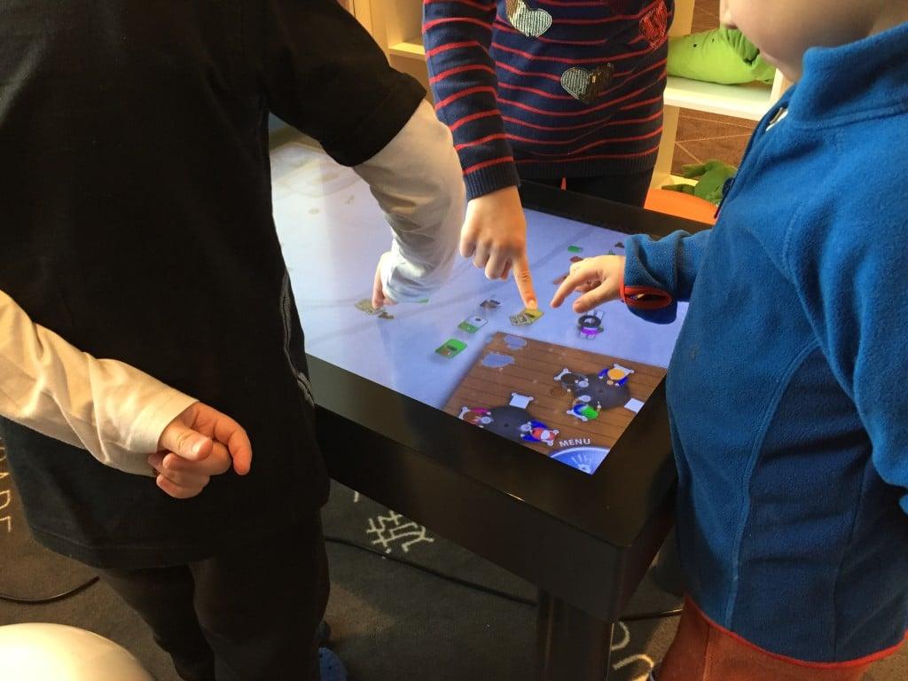 Hotel miał też kącik z interaktywnym stołem dla najmłodszych (te ręce z tyłu, to taka specjalna zasada :).